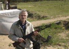 Un homme avec un fusil de kalachnikov photographie stock