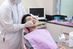 Un homme avec l'activité de soins dentaires Photographie stock libre de droits