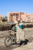 Un homme avec la bicyclette à Marrakech, Maroc image libre de droits