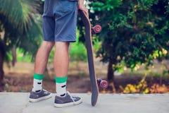Un homme avec la planche à roulettes au sol Photo libre de droits
