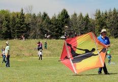 Un homme avec le cerf-volant coloré Photos libres de droits