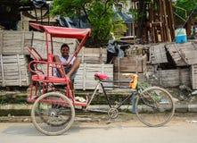 Un homme avec le tricycle sur la rue à Amritsar, Inde images libres de droits