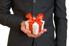 Un homme avec un cadeau Photos libres de droits