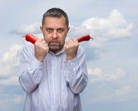 Un homme avec un poivron rouge Photographie stock