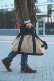 Un homme avec un sac sur l'aéroport de fond Photos stock