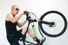Un homme avec une bicyclette dans le mouvement Photo stock