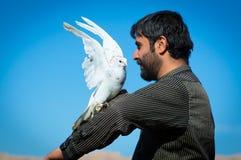 Un homme avec une colombe ouvrant ses ailes Photographie stock libre de droits