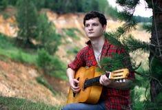 Un homme avec une guitare Photographie stock