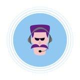 Un homme avec une moustache violette dans des écouteurs avec un microphone Icône plate Photographie stock libre de droits