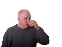 Un homme Balding plus âgé buvant de la cuvette en plastique photo libre de droits