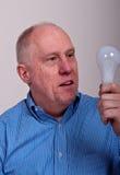 Un homme Balding plus âgé dans la chemise bleue photo stock