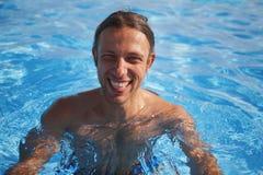 un homme bel dans la piscine Image stock