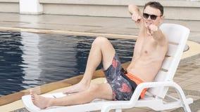 Un homme bel en tissu de natation de torse nu avec le corps de muscle en plage image stock