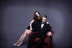 Un homme bel et une belle femme dans l'obscurité Photographie stock