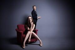 Un homme bel et une belle femme dans l'obscurité Photo stock