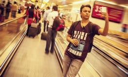 Un homme bel indien se tenant sur l'escalator Image stock