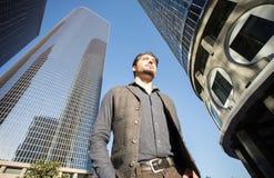 Un homme bel bel marchant à la place financière de ville Images libres de droits