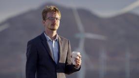 Un homme boit du café sur la nature banque de vidéos