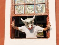 Un homme brésilien dans la fenêtre avec un headgea drôle Photographie stock libre de droits