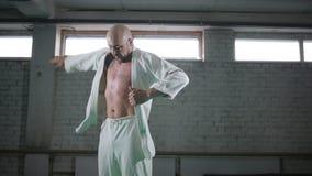 Un homme brutal dans un kimono clips vidéos