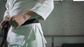 Un homme brutal dans un kimono banque de vidéos