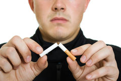 Un homme a cassé sa cigarette. image libre de droits