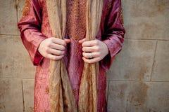 Un homme caucasien dans le vêtement indien tient son châle d'écharpe Kameez de Salwar photographie stock libre de droits