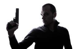 Un homme caucasien tenant la silhouette de portrait d'arme à feu image stock