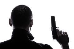 Un homme caucasien tenant la silhouette de portrait d'arme à feu image libre de droits