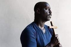 Un homme chrétien d'origine africaine images libres de droits