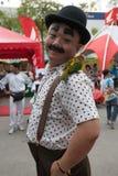 Un homme a composé dans Charlot avec son perroquet sur l'épaule dans la causerie Photographie stock