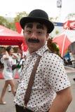 Un homme a composé dans Charlot avec son perroquet sur l'épaule dans la causerie Photographie stock libre de droits