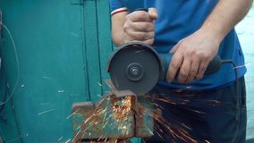 Un homme coupe le métal avec une scie électrique banque de vidéos