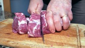 Un homme coupe le porc