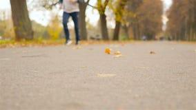 Un homme court le long de la route Beau stationnement d'automne Mouvement lent clips vidéos