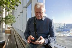 Un homme d'âge de retraite à l'aéroport photographie stock