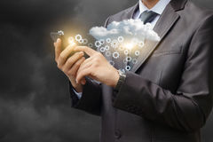 Un homme d'affaires ajuste les données dans le nuage Image libre de droits