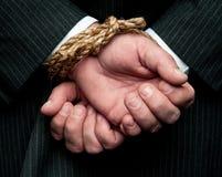 Un homme d'affaires avec ses mains attachées derrière le dos de HS Photos libres de droits