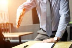 Un homme d'affaires avec une main ouverte s'est prolongé à la poignée de main Image libre de droits