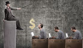 Un homme d'affaires avide motive des employés de bureau avec un salaire Photographie stock libre de droits