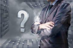 Un homme d'affaires décide contre le labyrinthe de ciel Image libre de droits