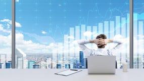 Un homme d'affaires détendant dans son bureau Image stock