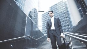 Un homme d'affaires descend à la métro Image libre de droits