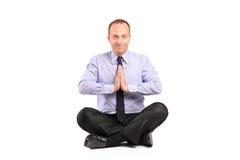 Un homme d'affaires faisant l'exercice de yoga Images libres de droits
