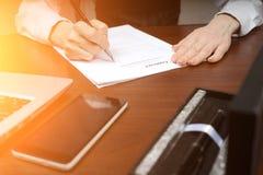 Un homme d'affaires met sa signature sur le contrat Copiez l'espace images stock