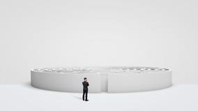 Un homme d'affaires minuscule se tenant devant un grand juste rond blanc de labyrinthe à côté de l'entrée images libres de droits
