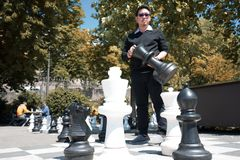 Un homme d'affaires pense à la stratégie pour gagner dans le ch géant photographie stock