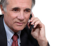 Un homme d'affaires plus âgé avec un téléphone portable Photographie stock