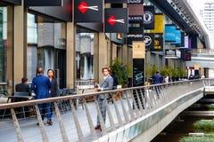 Un homme d'affaires se tenant à l'endroit de Crossrail à Canary Wharf avec r Photos stock