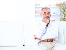 Un homme d'affaires situé sur un sofa Photos stock